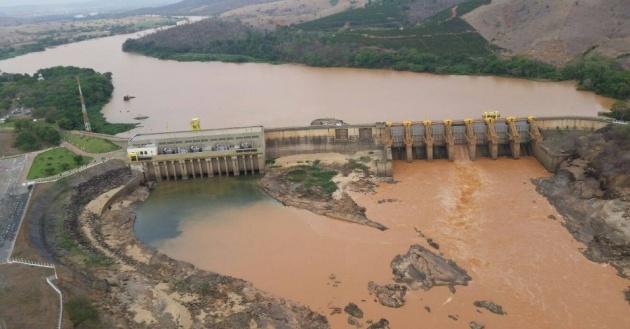 18nov2015---agua-com-lama-se-acumula-em-barragem-do-rio-doce-no-espirito-santo-a-equipe-do-servico-geologico-do-brasil-cprm-re(2)